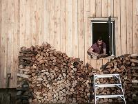 Mladý stolár priložil ruku k dielu a vyrástol z toho jednoduchý drevený dom s nízkym rozpočtom