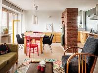 Nezabudnuteľný ráz tomuto bytu dodávajú dômyselne použité farby a milé detaily