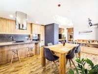Interiér z dreva a veľkorysá terasa: Priestranné bývanie získali spojením dvoch malých bytov!