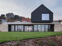 Dom postavený z dvoch domov: Spôsob, ako dodržať prísne normy a vyjsť v ústrety majiteľom