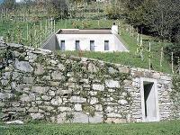 Bývanie na dôchodok po švajčiarsky: Futuristický dom ukrytý vo svahu s výhľadom do údolia