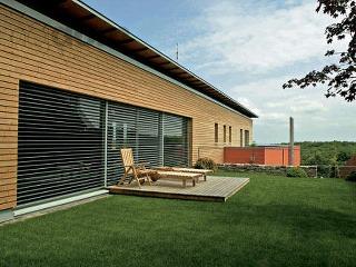 Moderný bungalov s dreveným