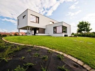 Moderný dom stojí na