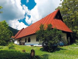 """Na prvý pohľad nenápadný dom dáva tušiť, že tu stojí už pekných pár rokov, o svojom """"drevenom srdci"""" však veľa neprezrádza."""