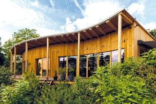 Strecha domu mala byť pôvodne zelená, majitelia však od nej (aj po skúsenostiach smenšou stavbou sauny, na ktorej ju použili), upustili.