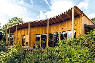 Drevostavba, ktorú navrhol architekt Mojmír Hudec zateliéru ELAM, potvrdzuje, že pasívna stavba sa nemusí pridŕžať len odporúčaného kompaktného tvaru. Inšpiráciou pre dom, ktorý pripomína vlnu, bol čiastočne aj kruhový dom, ktorý tiež spadá do portfólia