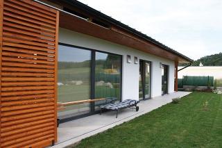Decentrálny vetrací systém InVENTer od nemeckej firmy Öko-Haustechnik má účinnosť rekuperácie až 92 %. Zariadenie sa vkladá do obvodových stien miestností, kde zabezpečuje ako odvod vydýchaného, tak aj prívod čerstvého vzduchu. Vzduch pritom prechádza cez