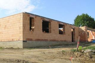Stavba z tehly už