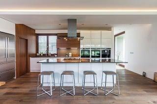 Striedma farebnosť. Základom kuchyne aj celého denného priestoru sú dve kontrastné farby – biela ahnedá. Kompozíciu oživuje striedanie matných alesklých plôch apraktické detaily vpodobe spotrebičov či stoličiek – všetko precízne zladené štýlom aj fare