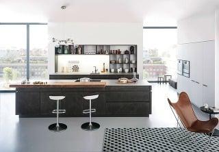 Jednoduché otvorené police, ktoré nahrádzajú horné skrinky aj časť kuchynskej zásteny, priestor odľahčia. Pekne vnich ukáže kuchynský riad aj rôzne dózy dekorujúce priestor.