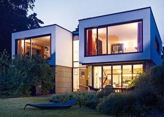 Architektonický koncept sbohatým zasklením