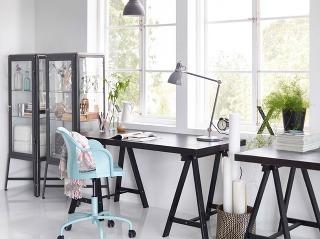 Jeden vedľa druhého. Navlas rovnaké, aby si deti vzájomne nezávideli. Ak umiestnite takéto stoly k oknu, dajte si pozor na úložné priestory, ktoré je potrebné vytvoriť navyše na hŕbu papierov.