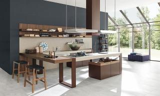 Pracovná doska upevnená na pevných konzolách bez spodných skriniek priestor kuchyne zaručene odľahčí, absencia tejto uskladňovacej plochy však vmnohých kuchyniach nie je žiaduca.
