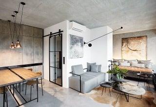 Sklenené posuvné dvere soceľovým rámom sú vyrobené na zákazku podľa autorského návrhu architektky, ktorá celý interiér premyslela do najmenších detailov – až po návrh vankúšov a výber zelene, obliečok či uterákov.