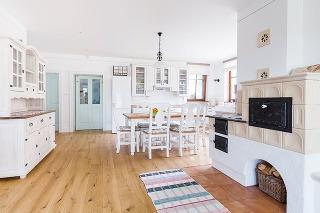 Veľký drevený stôl, ktorý je centrom miestnosti aj rodinného života, tradičná pec akredenc by vo vidieckej kuchyni rozhodne nemali chýbať.