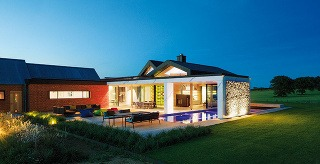 V južnej časti farmy je veľkorysé bývanie majiteľov – s členitým otvoreným interiérom, hojnosťou zasklených stien, s bazénom a terasou. Vďaka dômyselnej kompozícii budov vzniklo chránené južné nádvorie či terasa, ktorá ponúka výhľad do krajiny.