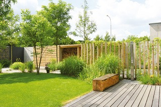 """Exteriérová sprcha umožní vítané schladenie počas sparných dní. """"Predstavuje skvelú voľbu najmä do menších záhrad, kde nie je priestor na bazén, a to pri minimálnej investícii. V ponuke nájdete aj rôzne dizajnové riešenia,"""" vysvetľuje záhradný architekt."""