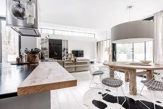 Ťažiskom dispozície je otvorený denný priestor, ktorý je odlišnou výškou stropu rozde¬lený na dve časti: nižšiu kuchyňu s jedálňou a vyššiu obývačku s kozubom a prístupom na terasu.