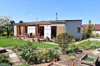 Sympatický menší domček pod rozkvitnutou čerešňou vyrástol na mieste pôvodnej chaty