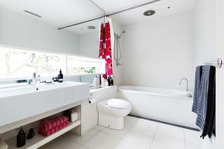 Nebojte sa výrazných farieb na doplnkoch, najmä ak je interiér kúpeľne ladený minimalisticky. Farebný sprchový záves, koberčeky, košíky, odkladacia stolička či uteráky sú predsa veci, ktoré možno kedykoľvek vymeniť a nemusíte pre ne ani siahnuť hlboko do