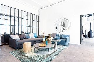 """""""Chesterfield"""" pohovka je neodmysliteľným prvkom typickej industriálnej obývačky. Je veľmi elegantná až noblesná, zväčša kožená alebo čalúnená, kostra a nožičky sa vyrábajú z kvalitného tvrdého dreva."""