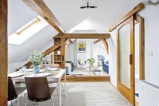 Malý podkrovný byt potreboval vdýchnuť nový život. Dizajnér Daniele F. Melili doplnil pôvodný vintage štýl moderným vybavením a drevo skombinoval s pastelovou sivozelenou farbou. Vytvoril tak príjemný, upokojujúci priestor.