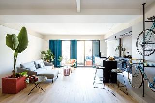 Exteriérový nábytok nájde uplatnenie aj v interiéri. Trojica príručných stolčekov aj kresielko v obývacej časti pochádzajú od španielskej značky Kettal. Viac na kettal.com.