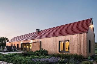 Jednopodlažný pasívny dom odkazuje na typické vidiecke osídlenia