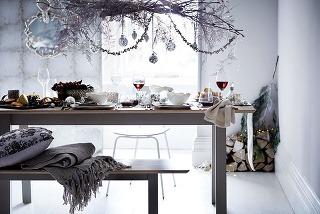Vianočnú atmosféru môžete docieliť aj dekoráciou zkonárov, vetvičiek a ozdôb, ktorú zavesíte nad jedálenský stôl.