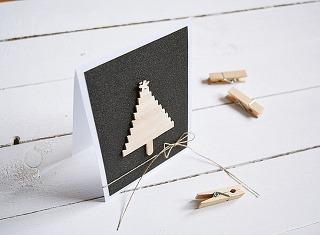 Vianočný pozdrav, ručne vyrobený, motív stromčeka je zdrevených paličiek, archivačný papier, 10,5 × 15,5 cm, 5 €, www.sashe.sk/MMdesign