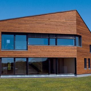 Celková hrúbka konštrukcie: 527mm, izolácia: 400mm, masívna drevená konštrukcia s dreveným obkladom