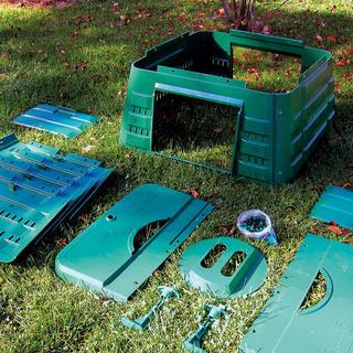 Odolný plastový kompostér sa jednoducho poskladá avporovnaní skompostovaním na voľnej hromade má viacero výhod – proces kompostovania sa napríklad urýchli až opolovicu, keďže vkompostéri možno regulovať teplotu, vlhkosť, prístup vzduchu asvetla. Obm