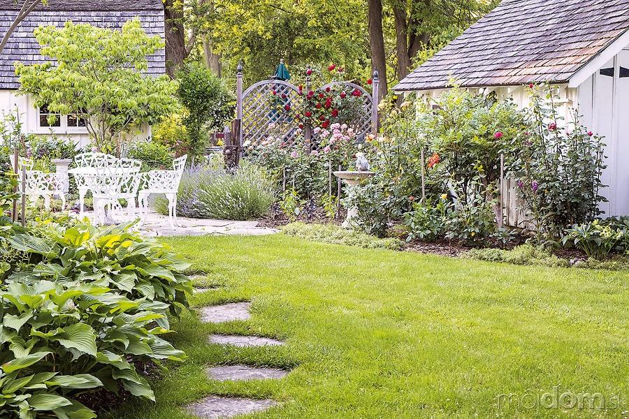 Spevnen plochy vytvoria s vhodnou zele ou okolo domu for Organiser un jardin
