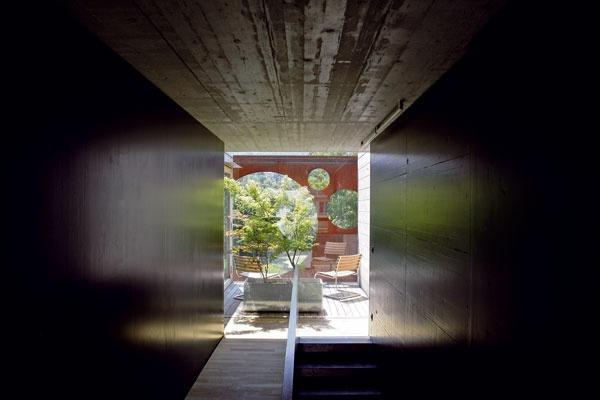 Na poschodí, medzi spálňou