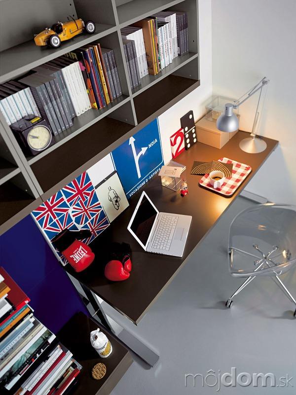 Na písacom stole by