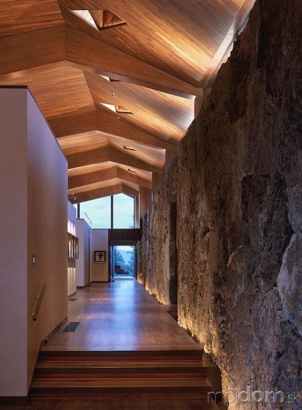 Interiér aj strop je obložený drevom v odtieni vlašského orecha