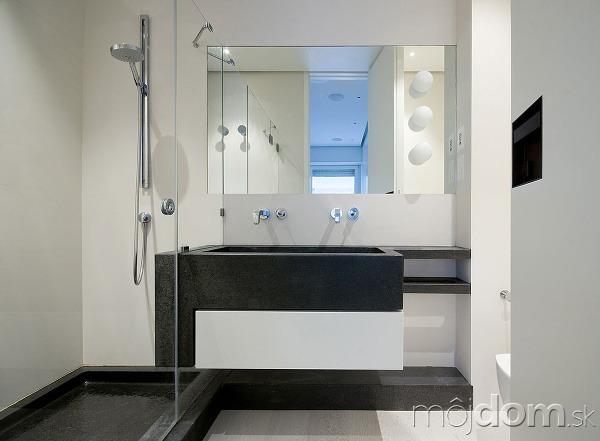 Druhá kúpeľňa pri hlavnej spálni v jednoduchých tvaroch s
