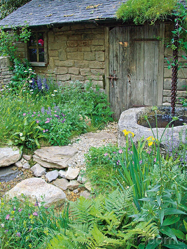 Voda prináša do záhrady