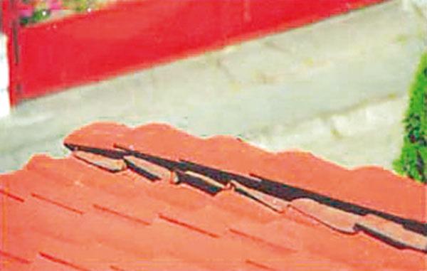 Neoriginálny nárožný pás pod hrebenáčmi sa odliepa od krytiny.