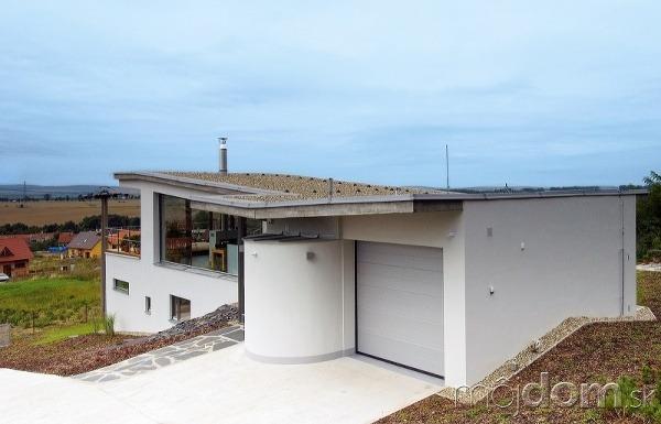 Zasklený dom vo svahu