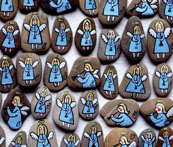 Anjeli maľovaní akrylovými farbami na kameňoch: od najväčšieho