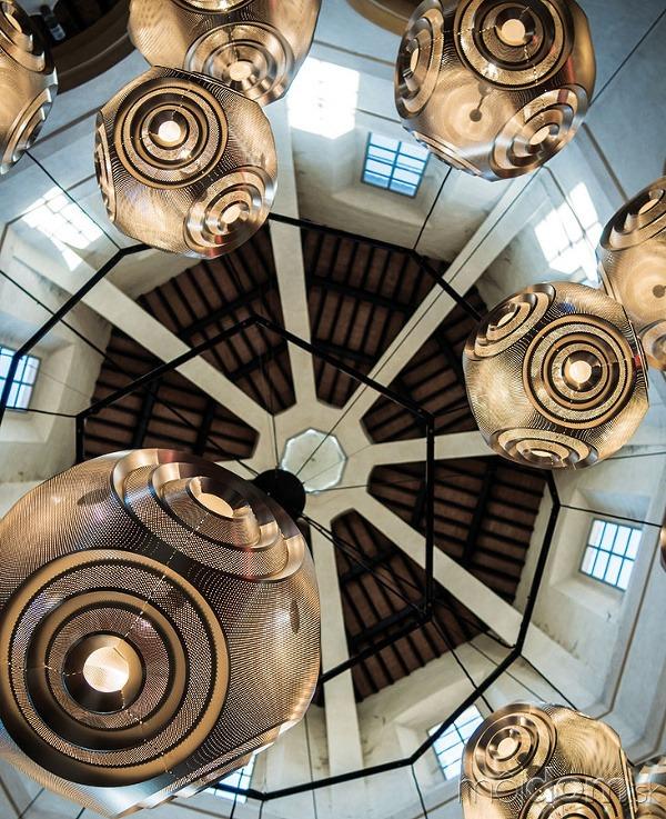 Kontrasty historických interiérov a