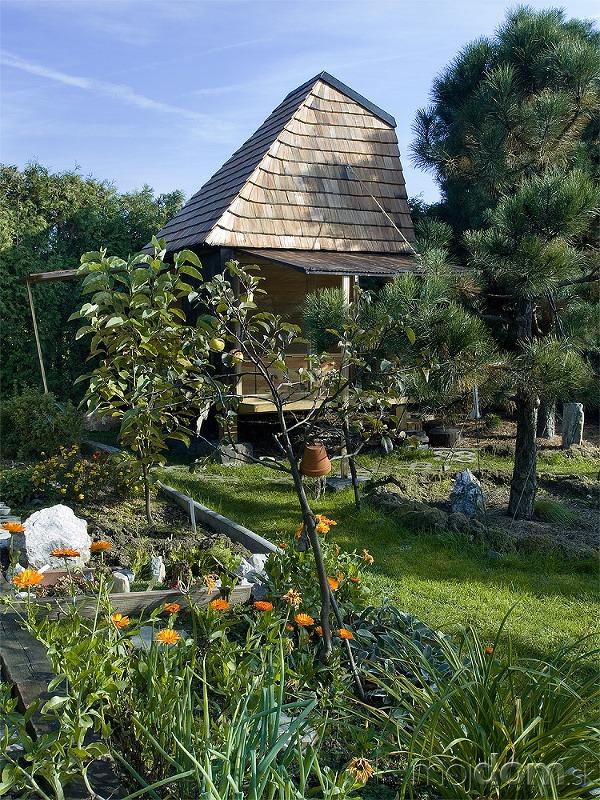 Čajovňa uprostred záhrady s