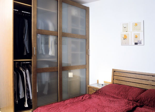 Spálni dominuje prírodné drevo