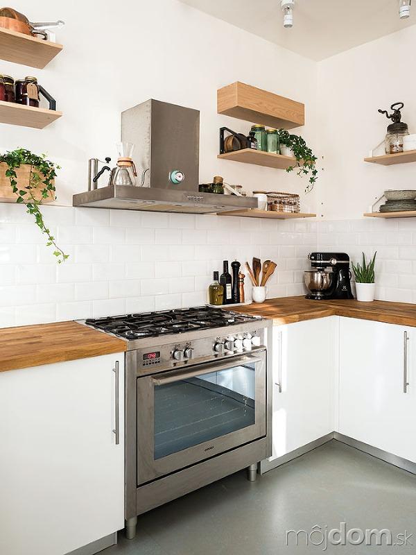 Kuchynskú zástenu tvorí nenápadný