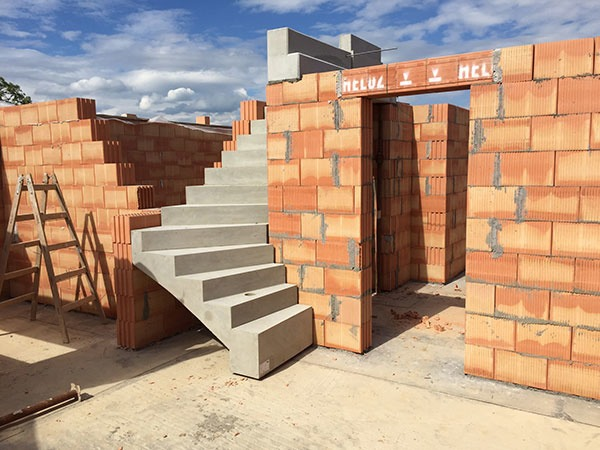 Hrubú stavbu rodinného domu vymurujete vďaka jednoduchému a komplexnému systému počas dvoch až troch týždňov.