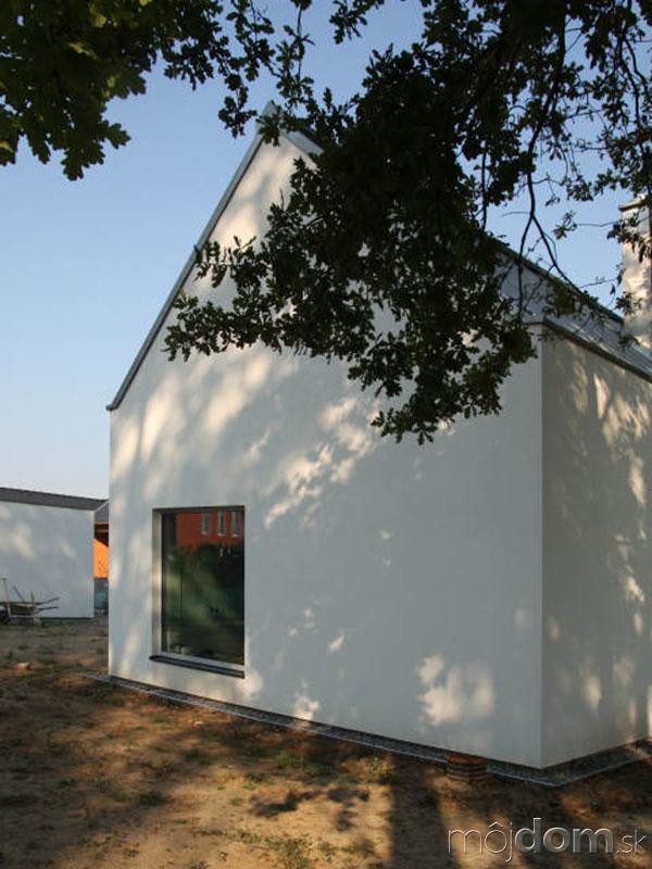 Dom tvoria dve budovy,