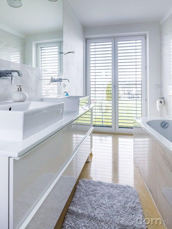 Kúpeľňa vbielej farbe sliatou