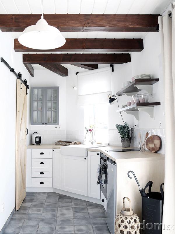 Vkuchyni sa nachádza dlažba