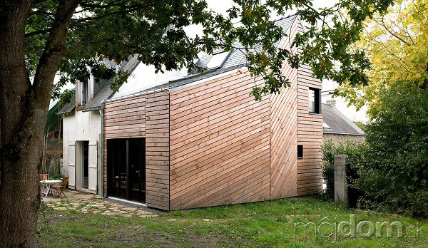 Skromná drevená prístavba k